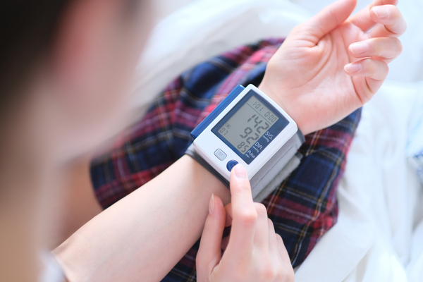 Como medir a pressão com aparelho digital de pulso