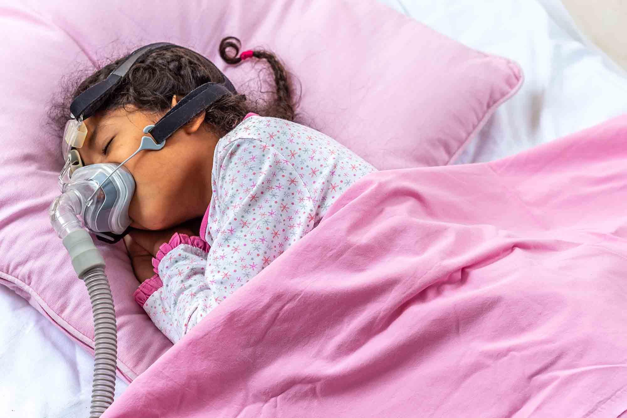 criança pequeno com aparelho de respiração