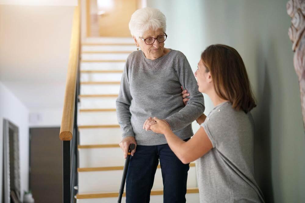 prevencao quedas em idosos na escada